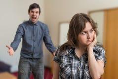 Debatteer van jong paar De boze mens debatteert en de droevige vrouw negeert hem stock fotografie