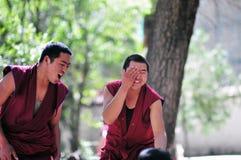 debattera monks tibet Royaltyfria Foton
