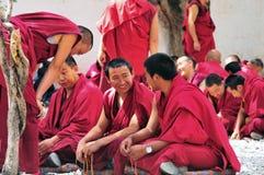 Debatterende monniken in Tibet Stock Foto's