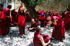 Debattieren der Mönche Stockbild