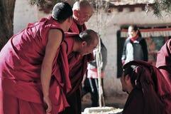 Debattieren der Mönche in Tibet Stockfotografie