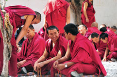 Debattieren der Mönche in Tibet Stockfotos