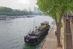 Debilly港,新娘下降有她的relat的船 免版税图库摄影