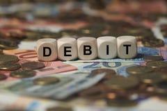 Debito - cubo con le lettere, termini del settore dei soldi - segno con i cubi di legno Immagini Stock
