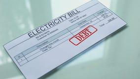 Debito della bolletta della luce, mano che timbra guarnizione sul documento, pagamento per i servizi stock footage