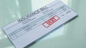 Debito della fattura di assicurazione, mano che timbra guarnizione sul documento, pagamento per i servizi archivi video