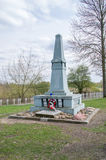 Deblin,波兰- 2017年4月19日:在战争公墓Ballona的纪念碑在Deblin 免版税库存照片