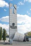 Deblin, Польша - 20-ое апреля 2017: Статуя героикоромантических авиаторов приближает к музею военновоздушной силы в Deblin стоковое фото rf