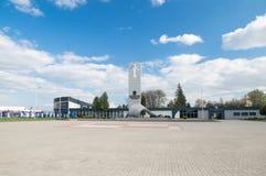 Deblin, Польша - 20-ое апреля 2017: Статуя героикоромантических авиаторов приближает к музею военновоздушной силы в Deblin стоковая фотография rf