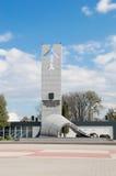 Deblin Polen - April 20, 2017: Statyn av heroiska flygare near flygvapenmuseet i Deblin Arkivbild