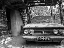 DEBNEVO, ΒΟΥΛΓΑΡΙΑ - 25 ΣΕΠΤΕΜΒΡΊΟΥ 2011: Παλαιό εγκαταλειμμένο Moskvitch σε ένα μέσο αγροτικό βοοειδές-υπόστεγο στοκ εικόνες με δικαίωμα ελεύθερης χρήσης