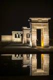 Debod tempel på natten Arkivbild