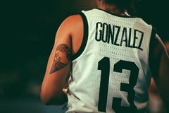 Debora Gonzalez under basketmatchen ARGENTINA vs AUSTRALIEN arkivbild
