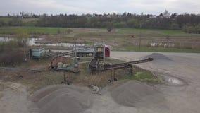 Debowiec, Польша - 24-ое апреля 2018: Извлечение, стирка, сортировать и отвечение гравия реки индустрия земли andalusia повреждае сток-видео