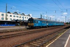 DEBRECEN, HONGARIJE, 12 MEI, 2016 De mening van het stadslandschap van station van Debrecen, Hongarije met spoorwegen die binnen  Stock Fotografie
