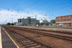 DEBRECEN, HONGARIJE, 12 MEI, 2016 De mening van het stadslandschap van station van Debrecen, Hongarije met spoorwegen die binnen  Royalty-vrije Stock Foto