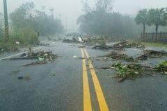 Debri i väg under tyfon Arkivfoto