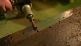 Deburring uma peça de metal vídeos de arquivo