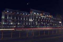 13 DEC 2018年罗马尼亚 布加勒斯特地区法院在夜之前 从通过汽车的Blured光 长的曝光图象 免版税图库摄影