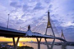 5 DEC 2017, BANGKOK, THAILAND, soluppgång-/solnedgånghimmel på Bhumibol Br Fotografering för Bildbyråer