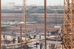 18 Dec, 2014 Pekin Pracy aktywność na budowie w mieście z żurawiami i pracownikami zdjęcie stock