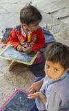 """Dec van Rajasthan, India †"""", 2016: Indische schooljongens in klasse bij lo Stock Foto's"""
