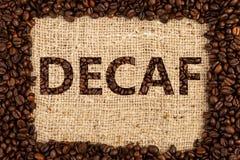 Decafkonzept auf braunem Kaffeetaschenhintergrund stockbild