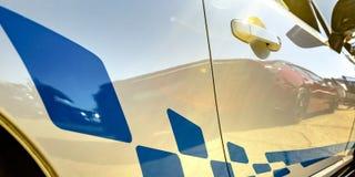 Decalque da listra azul em um carro branco reflexivo fotografia de stock
