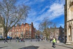 Decano Court, edificio histórico construido por los ladrillos rojo marrón situados delante de la iglesia de monasterio de York en foto de archivo libre de regalías