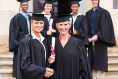 Decano graduado do aperto de mão imagens de stock royalty free