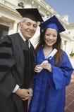 Decano y retrato exterior graduado de la universidad Foto de archivo