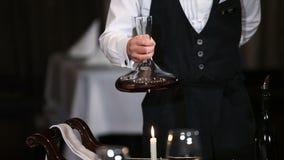 Decantação do vinho video estoque