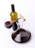 Decantatore, bottiglia e vetro con la vista superiore del vino rosso Fotografia Stock
