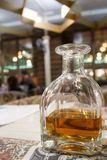 Decantatore con una bevanda alcolica in un ristorante Immagini Stock