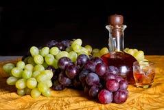 Decantatore di brandy e dell'uva Immagini Stock