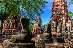 Decapitado velho da estátua da Buda quebrado em Wat Mahathat, Ayutthaya, Tailândia Imagem de Stock