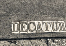 Decatur Straßenschild in New Orleans Stockbilder