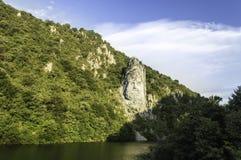 Decebal雕象在岩石雕刻了 库存照片