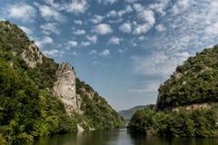 Decebalhoofd in rots wordt, in de bergen wordt gesneden gebeeldhouwd die stock fotografie