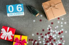 6 december Beeld 6 dag van december-maand, kalender bij Kerstmis en nieuwe jaarachtergrond met giften Royalty-vrije Stock Afbeelding