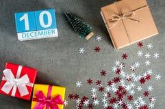 10 december Beeld 10 dag van december-maand, kalender bij Kerstmis en nieuwe jaarachtergrond met giften Stock Fotografie
