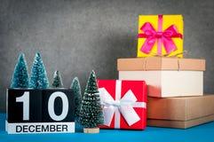 10 december Beeld 10 dag van december-maand, kalender bij Kerstmis en nieuwe jaarachtergrond met giften en weinig Stock Foto