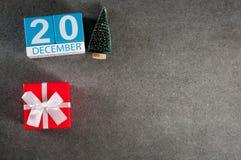 20 december Beeld 20 dag van december-maand, kalender met Kerstmisgift en Kerstmisboom Nieuwe jaarachtergrond met Royalty-vrije Stock Foto's