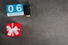 6 december Beeld 6 dag van december-maand, kalender met Kerstmisgift en Kerstmisboom Nieuwe jaarachtergrond met leeg Royalty-vrije Stock Afbeeldingen