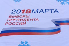 28 December 2017, Berezniki, Rusland Een informatiebanner met de symbolen van presidentsverkiezingen van Russische Federati royalty-vrije stock foto's