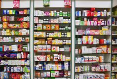 29 December 2017 Brno - Tsjechische Republiek Achtergrond in apotheek Goederen in de plank Geneesmiddelen en vitaminen voor gezon Royalty-vrije Stock Afbeelding
