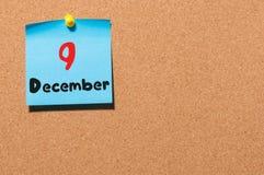 9 december Dag 9 van maand, Kalender op cork berichtraad Bloem in de sneeuw Lege ruimte voor tekst De idylle van de zomer Stock Fotografie