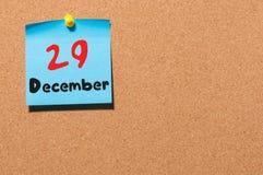29 december Dag 29 van maand, Kalender op cork berichtraad Nieuw jaar bij het werkconcept Bloem in de sneeuw Lege Ruimte voor Stock Fotografie