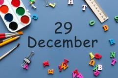 29 december Dag 29 van december-maand Kalender op zakenman of schoolkindwerkplaatsachtergrond Bloem in de sneeuw Royalty-vrije Stock Foto's