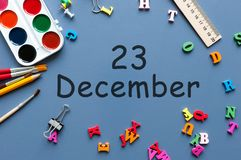 23 december Dag 23 van december-maand Kalender op zakenman of schoolkindwerkplaatsachtergrond Bloem in de sneeuw Stock Afbeelding
